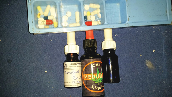 Medizin von Patrick: herkömmliche Tabletten, Dronabinol und CBD-Tropfen