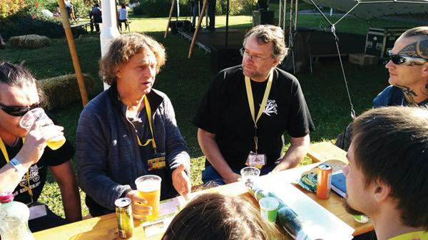Gerfried (schwarzes T-Shirt) im Gespräch mit Enrico Fletzer (ENCOD) und ONEJ