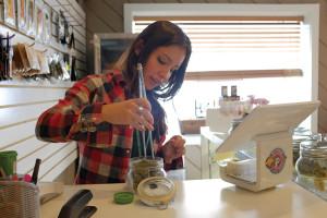 Samantha Gonzales hilft einem Kunden im Fresh Baked, eine Cannabis-dispensary in Boulder, Colo.