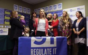 Mutter und Aktivistin Leah Maurer  spricht mit Reportern