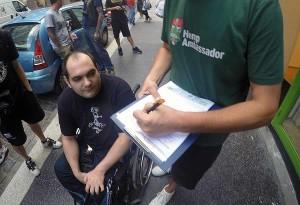 Patrick von der ARGE CANNA sammelt Unterschriften